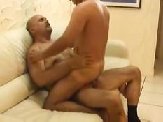 Гомосексуальный дяденька отсосал молодому другу и отъебал в зад