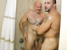 Мускулистый гей отсосал член лысому любовнику и подставил очко