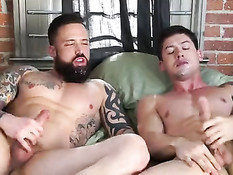 Гей с татуировками оттрахал любовника фаллосом и своим пенисом