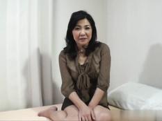 Зрелая японка мастурбирует киску вибратором и ебётся с мужчиной