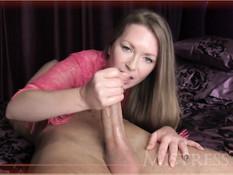 Симпатичная женщина в розовом халате руками выдрачивает сперму