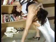 Девка задрала библиотекарше юбку и вылизала её голую задницу