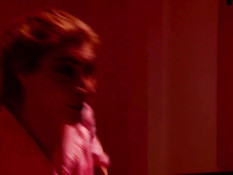 Транс в красных чулках отсасывает отдыхающему мужчине пенис