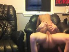 Смуглая молодая няня наслаждается сексом в позе женщина сверху