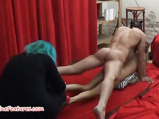 Худая девушка занимается сексом с мужиком на полу в порно студии