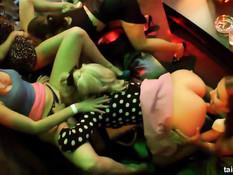 Выпившие порно актрисы лижут киски и отсасывают члены в клубе