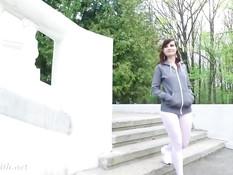 Юная русская шалунья Jeny Smith в колготках гуляет возле дворца