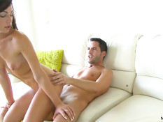 Парень на диване оттрахал в бритую киску девушку Vanessa Sixxx