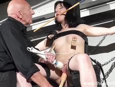 Лысый извращенец привязал брюнетку и жёстко отъебал вибратором