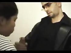 Арабская жена отсасывает огромный член в любительской порнухе