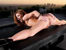 Сексуальная женщина Sheena Shaw мастурбирует киску на террасе