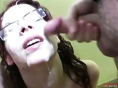 Лицо грудастой испанской девки залили спермой на буккаке оргии