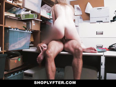 Заставил юную блондинку Dolly Leigh раздеться и отъебал в офисе