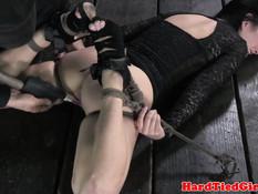 Брюнетку Veruca James укладывают лицом в пол и ебут вибратором