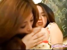 Японским лесбиянкам нравится сосать большие сиськи своих подруг