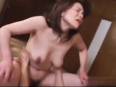 Этой развратной японской домохозяйке нравятся жёсткие секс игры