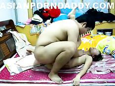 Китайский парень в разных позах отъебал свою очкастую подругу