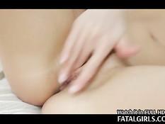 Оставшись одна девушка на кровати трахает себя фаллосом в киску