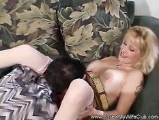 Татуированная жена блондинка в белых чулках ебётся в свинг клубе