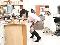 Японская девушка ходит по библиотеке с вибратором во влагалище