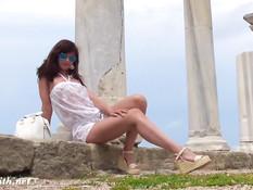 Красивая русская девка Jeny Smith гуляет по развалинам Херсонеса