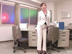 Мужчины разорвали брюки японской девушке и оттрахали в офисе
