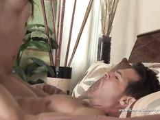 Мужик вылизал киску азиатке Michelle Maylene и отодрал на кровати