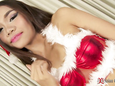 Горячая азиатская Снегурочка показывает своё сексуальное тело