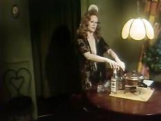 Кудрявая леди налила курьеру бокал виски и соблазнила на секс