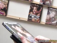 Молодая шлюшка Tegan Mohr в секс шопе отсасывает чёрные члены