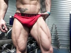 Мускулистый гомосексуальный мужчина показывает красивое тело