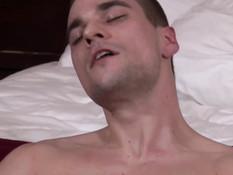 Гомосексуальный парень с гладко выбритым лобком дрочит свой хуй