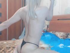 Молодая блондиночка снимает чёрное бельё и мастурбирует киску