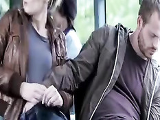 Парень в автобусе прислонился к сиськам сексуальной блондинки