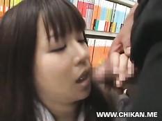 Милая азиатская студентка отсасывает мужику в книжном магазине