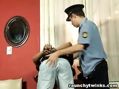 Гей полицейский с резиновой дубинкой заставил парня сосать член