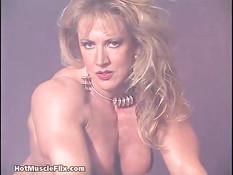 Зрелая блондинка бодибилдер показывает своё мускулистое тело