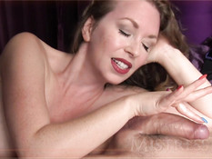 Умелая зрелая женщина нежными пальцами ласкает мошонку и член
