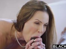 Сексуальная дамочка Kendra Lust ебётся с двумя чёрными парнями