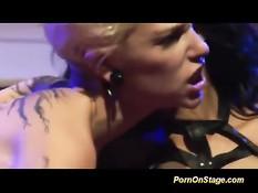 Татуированная лесби блондинка делает фистинг мулатке в корсете
