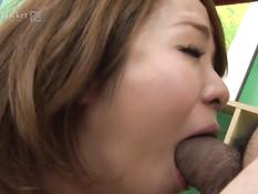 Японка подрочила толстый член и получила его в волосатую пизду