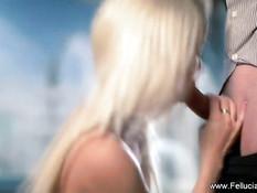 Красивая молодая блондинка стоя на коленях делает сладкий минет
