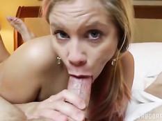 Симпатичная блондинка с пирсингом пупка получила сперму в лицо