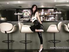 Сексуальная девчонка Anastasia Delani позирует в латексном белье