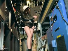 Юная русская проказница Jeny Smith без трусиков работает в баре