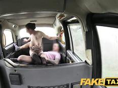 Таксист ебёт на заднем сиденье очкастую тёлку с тату и пирсингом