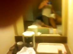 Мужик на кровати трахает в позе раком мулатку в белых трусиках
