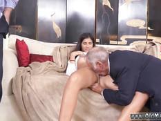 Пожилые мужчины отлизывают шатенке киску и дают отсосать член
