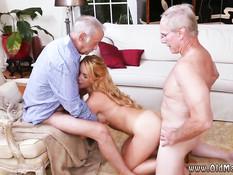 Молодая блондинка занимается сексом с тремя пожилыми мужчинами