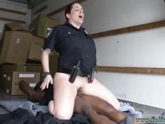 Две развратные женщины полицейские трахаются с чёрным парнем